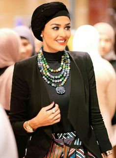 Gorgeous statement neck piece! She looks beautiful :)