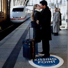 Um ihren Lippenbalsam zu promoten, installierte die Agentur Agentur TBWA für Labello bei dieser Ambient Guerilla Marketing Kampagne einen Kissing Point Sticker auf Deutschland