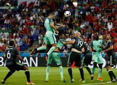 Ronaldo voou entre os centrais. Parou nas alturas e usou a cabeça para colocar Portugal com um pé na final do Euro2016. A ciência explica como salta tanto e como pára no ar.