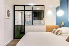 Une chambre parentale avec verrière pensée comme une suite d'hôtel