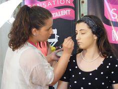 La candidata Gregorio Simonetta impegnata a realizzare il make up alla sua modella