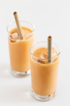 Vegan Thai Iced Tea - Thai iced tea is a delicious, creamy and refreshing beverage. We've made a vegan version using coconut milk. It's healthier and only requires 5 ingredients! Thai Tea Recipes, Milk Recipes, Coffee Recipes, Smoothie Drinks, Smoothie Diet, Smoothies, Vegan Sweets, Vegan Desserts, Vegan Recetas