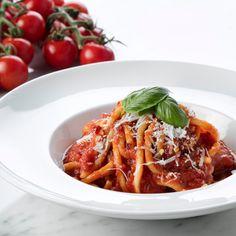 Giuliana Rancic Shares her Mom's Bucatini Pomodoro Recipe Best Pasta Recipes, New Recipes, Dinner Recipes, Favorite Recipes, Bucatini Recipes, Bucatini Pasta, Pasta Dishes, Food Dishes, Recipes