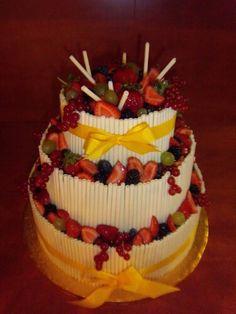 Patrový dort s ovocem a čokoládovými trubičkami