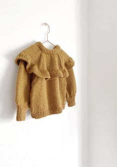Knitted Ruffle Sweater for girl [ Knitting Pattern & Tutorial ] Baby Girl Cardigans, Girls Sweaters, How To Start Knitting, Knitting For Kids, Knitted Baby Cardigan, Sweater Knitting Patterns, Crochet Baby, Vestidos, Crochet Baby Clothes
