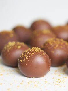 Søde chokoladekugler med trøffelkerne af luksuriøs italiensk mælkechokolade og frisk passionsfrugt
