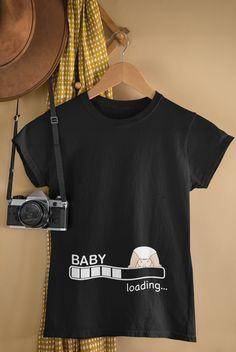 """Lustiger Spruch """"Baby Loading"""" mit einem süßen Rebell Baby als Geschenk Idee für Frauen zur Schwangerschaft & Geburt. Tolles Geburtstags-, Baby-Dusche Jahrgang Geschenk für Mütter zur Baby Ankündigung. Du suchst nach der Schwangerschaft Announcement? Witziges Baby loading Motiv zur Schwangerschafts Ankündigung. Tolles Geburtstagsgeschenk für Babypartys, Baby Party, Baby-Shower, Brauch weisen für Baby, schwangere Mütter und schwangere Frauen. Egal ob Sohnemann oder Töchterchen erwartet wird. Baby Loading, Tops, Fashion, Funny Babies, Awesome Birthday Gifts, Baby Sayings, Mother To Be Gifts, Pregnant Wife, Kustom"""
