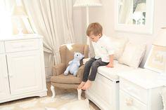 Piękna skrzynia meblowa w kolorze białym, wykończona dekoracyjnym frezem. Niezwykle pojemna i łatwa w obsłudze, sprawdzi się doskonale przy przechowywaniu zabawek i innych dziecięcych skarbów. www.caramella.pl