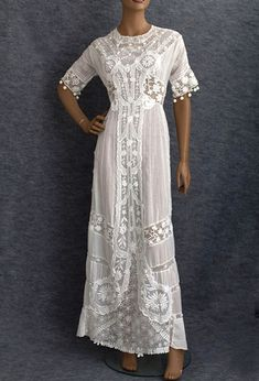 A wonderful source for vintage & antique dresses! - Tea dress, The handmade Irish crochet lace flowers and panels show masterful technique. Equally admirable is the refinement and delicacy of the exquisite hand embroidery. Edwardian Dress, Edwardian Fashion, Vintage Fashion, Vintage Dresses, Vintage Outfits, Vintage Clothing, Lace Clothing, Moda Retro, Estilo Hippie