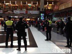awesome 香港地鐵遭縱火 鐵警局即起加強雙鐵車站列車巡查   香港地鐵昨車廂遭縱火造成18傷,一名男子... http://taiwanese.moe/archives/600941