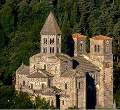 """L'église de Saint - Nectaire bâtie sur le mont Cornadore. Cornadore signifie """"réservoir des eaux"""". Les Romains y établirent des thermes. L' église construite vers 1160 relève de l'art roman auvergnat. Elle fût élevée en l'honneur de St Nectaire, compagnon de St Austremoine"""