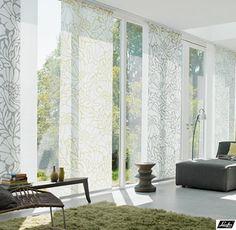 Door een licht bedrukt design in je gordijnen te gebruiken blijft je woonkamer strak, maar zorg je toch voor een speels effect.