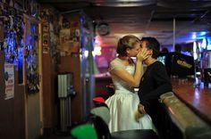 Hagamos el amor no la guerra: el fotógrafo que pasa los días besando extraños http://www.papaviral.com/fotos-curiosas/hagamos-el-amor-no-la-guerra-el-fotografo-que-pasa-los-dias-besando-extranos.html