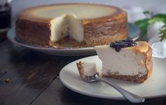 Pamper Your Family And Your Taste Buds By Making This Stupendous Dessert Want to hear something funny? Until just a couple of years ago, I had never baked a cheesecake. It's true! I love a classic cheesecake Keto Cheesecake, Low Calorie Cheesecake, How To Make Cheesecake, Classic Cheesecake, Italian Cheesecake, American Cheesecake, Chocolate Cheesecake, Pumpkin Cheesecake, Food Cakes