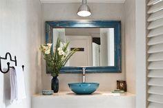 Elementos simples para un baño funcional Una simpática puerta vaivén (Tecnodisegno) da acceso al antebaño con una mesada de cemento alisado (Juan Ashworth) con bacha de 'Il Bel Bagno' (Grès Casa) y espejo de marco decapado (Lo de Atilio)