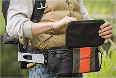 Paxis é uma mochila inteligente que permite que você pegue seus itens mais utilizados de forma rápida e segura. A Mochila Paxis apresenta um braço oscilante articulado, especialmente projetado para que mova para a frente a engrenagem