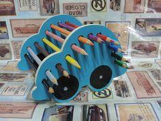 Carrinho em MDF pintado a mão, para decoração do quarto dos meninos. Cores a escolher.  O carrinho acompanha, de brinde: 12 lápis de cores. R$ 20,00