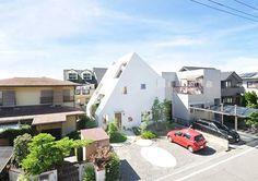 由日本建築事務所Studio Velocity設計的這座夢幻住宅,名為Mont blanc,法文的意思是指「白色的小山」。 因為基地位在住宅密集的區域內,因此建築師決定透過建築外觀結構來解決屋外視野的問題——傾斜的屋頂,在不同的面向敞開窗景,不僅擁有絕佳的通風及採光,居住在裡面的人們還可以在家裡欣賞外面的自然風景,就像是住在山頂上一樣。 而屋內的裝潢也十分精彩,像是1樓餐廳旁的小型花園、以木梯子取代樓梯、悠閒暇意的小陽台等,都讓人不禁羨慕起屋主了呢! (Photo from Archdaily) 建築事務所「Studio Velocity」 http://www.studiovelocity.jp/