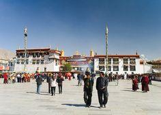 Der Jokhang Temple ist das bedeutendste Heiligtum von Tibet und liegt inmitten der Altstadt von Lhasa. Es wird leidenschaftlich von den tibetischen Buddhisten besucht, für sie bildet der Jokhang eine Art Zentralheiligtum, zu dem man nach Möglichkeit mindestens einmal im Leben gepilgert sein sollte.