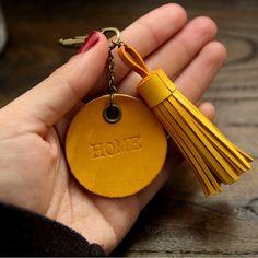 He encontrado este interesante anuncio de Etsy en https://www.etsy.com/es/listing/219553589/leather-tassel-keychain-personalized