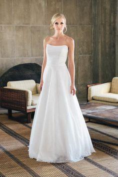 Zartes Corsagenkleid in französischer Spitze mit weich fallendem Rock. Hochzeitskleid von küss die Braut