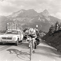 Bernard Thévénet and the Peugeot team car 1975 Tour de France Photo: Presse Sports