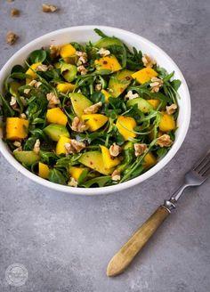 Lekka sałatka w kolorach wiosny z egzotycznymi owocami, błyskawiczna w przygotowaniu. Do podania ze świeżym pieczywem lub grzankami. Sk...