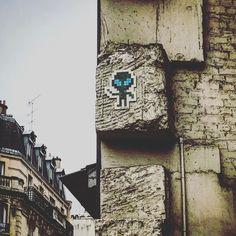 Street art ! 👾 #streetart #pixel #pixelart #art #paris #france #graffiti #graff #instagraffiti #instagraff #urbanart #wallart #artist #urbanart #vert #green #ovni  #paris15 #ruelecourbe