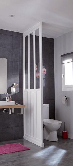 Une cloison style verrière pour séparer et isoler l'espace WC dans une salle de bain