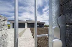 Rodinné domy sú postavené v nízkoenergetickom štandarte z tepelno-izolačných tvárnic bez zateplenia. #rodinnydom #stavba #svojpomocne #stavebnymaterial #ytong #zdravebyvanie #vysnivanydom #modernydom #staviamedom #byvanie #rodinnebyvanie #modernydomov #architektura #nezateplenydom #bezzateplenia
