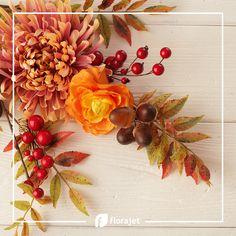 L'#automne est arrivé 🍁! Vient l'heure des paysages colorés de rouge, orange et jaune des feuilles fraîchement tombées. Nous avons capturé les couleurs de la saison pour les mettre dans nos compositions ! Floral Wreath, Wreaths, Orange, Fall, Flowers, Decor, Landscapes, Bunch Of Flowers, Leaves