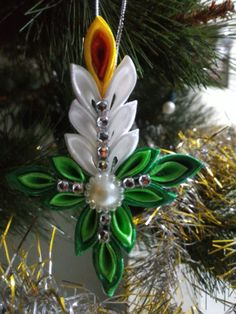 Ribbon Art, Ribbon Crafts, Flower Crafts, Crepe Paper Flowers Tutorial, Ribbon Projects, Kanzashi Tutorial, Fabric Ornaments, Kanzashi Flowers, Christmas Ornament Crafts