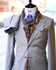 Light grey suiting for spring! Fuente:mrsalomonsson #suit#menswear#scarf