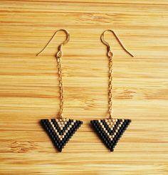 Boucles d'oreilles pendantes plaqué or gold filled triangles en perles Miyuki tissées main : Boucles d'oreille par ccedille-bijoux