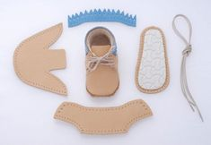 DIY baby shoes don't come cuter than these. Yes, this ingenious little company…Small company's sewing kit for baby shoes.Learn to make a DIY skirt at home with your sewing machine in one hour. Easy and FREE tutorial. Doll Shoe Patterns, Baby Shoes Pattern, Baby Moccasin Pattern, Sewing For Kids, Baby Sewing, Sewing Kit, Leather Baby Shoes, Felt Shoes, Baby Moccasins