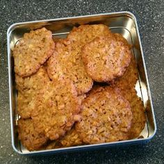 Guldkornssmåkager     200 g margarine   250 g sukker   200 g mel   1 æg   4 kopper guldkorn   2 tsk bagepulver     Sættes på en bagep...