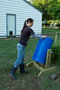 Build a Compost Spinner! fresh dirt in weeks, not months. I really want a compost when I own a home :] Outdoor Projects, Garden Projects, Organic Gardening, Gardening Tips, Vegetable Gardening, Garden Compost, Compost Barrel, Diy Compost Bin, Diy Compost Tumbler