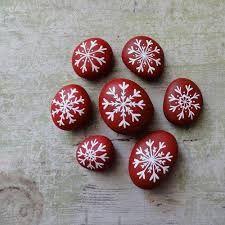 Résultats de recherche d'images pour « pedras pintadas » Rock Design, Christmas Paintings, Christmas Diy, Rock Art, Painted Rocks, Painted Stones, Christmas Makes, Christmas Drawing, Stone Art