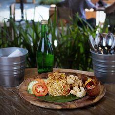 Ini enak banget Nasi Goreng Babi Garing (Fried Rice Crispy Pork) menu baru yang wajib di coba di @BaseBaseSamasta.  Restauran yang menyajikan pilihan makanan Bali ini bisa jadi tempat pilihan buat kamu yang suka makanan Bali dengan suasana nyaman bersih berAC dan harga yang tidak mahal. --- Base Base Samasta @SamastaBali Jimbaran Bali --- #foodcious #balinesefood #basebasesamasta #kulinerbali #samasta #samastabali #crispypork #nasigoreng #friedrice #nasigorengbabi