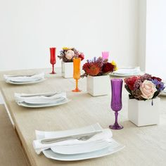 Love this bold coloured table setting - works well for weddings and equally for dinner parties! Love the casualness - i.e. a long table and benches!