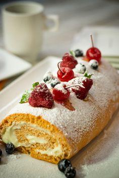 Haz este delicioso rollo de pastel de zanahoria. Es más fácil de lo que te imaginas además de que tiene un gran sabor. Lleva el pastel de zanahoria al siguiente nivel y sirve este rico postre para sorprender a tus familiares.