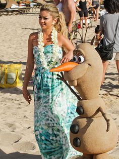 Star Tracks: Monday, December 1, 2014   SNOW WHAT?   Do you want to build a snowman? Modern Family star Sarah Hyland finds a bit of winter in Hawaii on Sunday thanks to a sand sculpture of Frozen's Olaf.