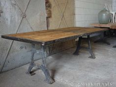 Industriële eettafel - Tafel met gietijzeren onderstel, oud houten blad met ijzeren omlijsting. Afmetingen: 240L x 100B x 76H cm