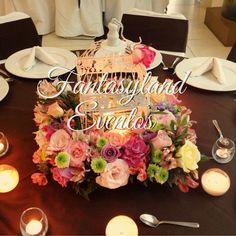 Centro de mesa vintage con jaula decorativa, flores y velas