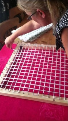 Design Discover How to Make a Pom pom blanket frame. How to make a pom pom loom board frame. Pom Pom Crafts, Yarn Crafts, Sewing Crafts, Diy Crafts, Preschool Crafts, Loom Knitting Projects, Loom Knitting Patterns, Knitting Ideas, Afghan Patterns