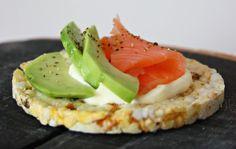 Suvikukkasia: Friggs riisikakku, avokadoa ja kylmäsavulohta