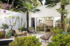 From the bedroom to the backyard, Dering Hall interior designers reveal how to spruce up just about every space in your home just in time for summer. Steal their practical summer decorating pointers for a more stylish, comfortable home. Outdoor Rooms, Outdoor Gardens, Outdoor Living, Outdoor Decor, Courtyard Design, Garden Design, Patio Interior, Hall Interior, Streamline Moderne
