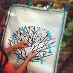 De Troostboom met bloem-afscheid-kaartjes