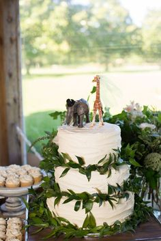 Have you considered an animal wedding theme? We're loving this animal wedding cake - so cute! Now all your need is a zoo wedding venue. Jungle Theme Cakes, Jungle Theme Birthday, Safari Cakes, Wild One Birthday Party, 1st Birthday Parties, Birthday Ideas, Diy Wedding Cake, Themed Wedding Cakes, Themed Cakes