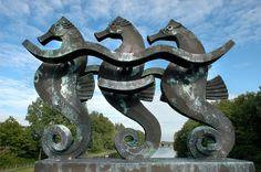 Zeepaardjes (kunstenaar C. Stauthamer) Seahorses, Statues, Haha, Sculptures, Alice, Ha Ha, Effigy, Sculpture
